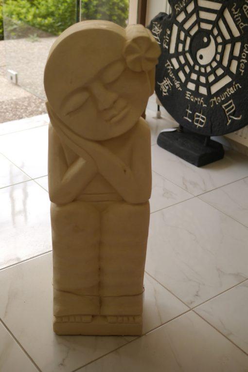 πέτρινο άγαλμα που απεικονίζει μια πριγκίπισσα να ονειρεύεται