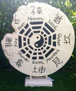 άσπρος πέτρινος τροχός με το σύμβολο γιν-γιανγκ