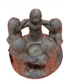 άγαλμα το οποίο απεικονίζει ένα κύκλο φίλων