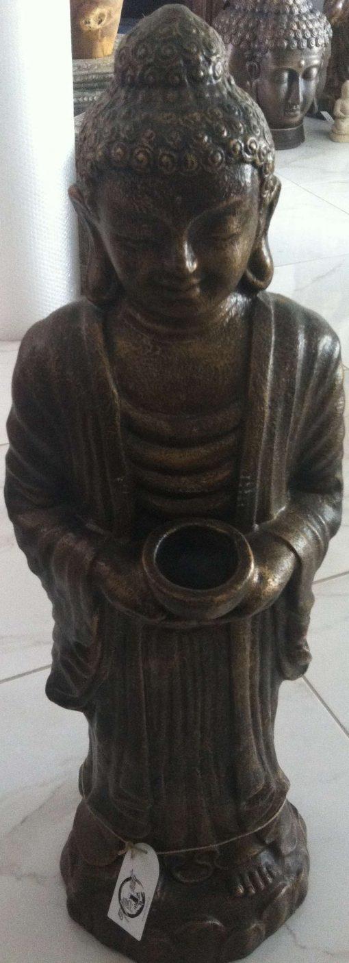 άγαλμα που απεικονίζει τον Βούδα να κρατάει κηροπήγιο
