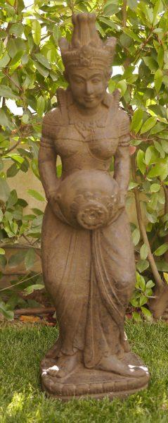 πέτρινο συντριβάνι με απεικόνιση της θεότητας Τάρα