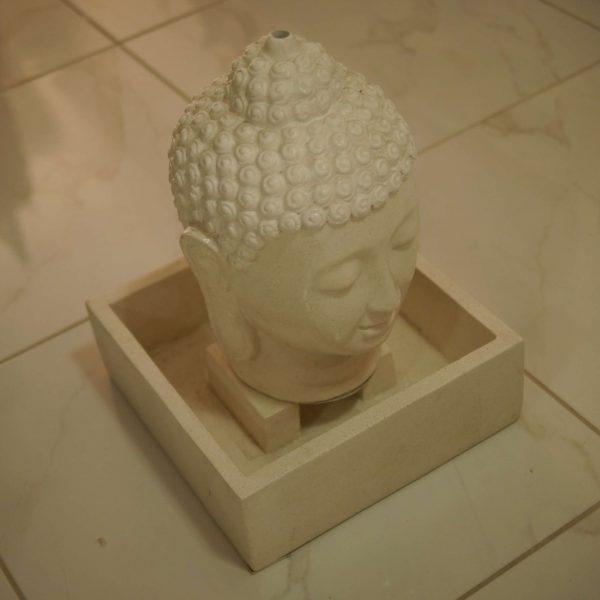 λευκό συντριβάνι κεφάλι Βούδα