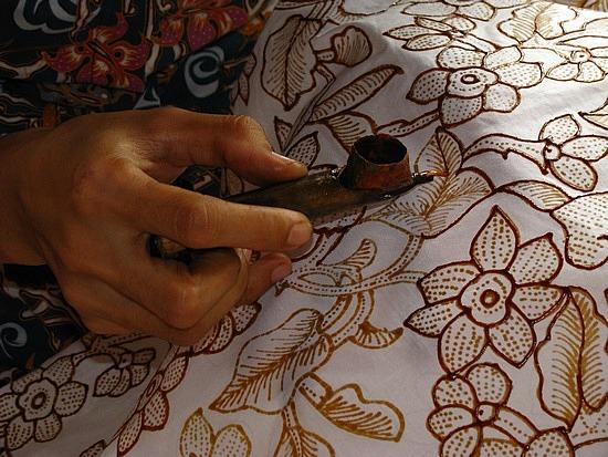 Μπατίκ, η ζωγραφική σε ύφασμα με κέρινα χρώματα