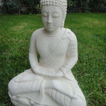 πέτρινο άγαλμα που απεικονίζει τον Βούδα να κάθεται