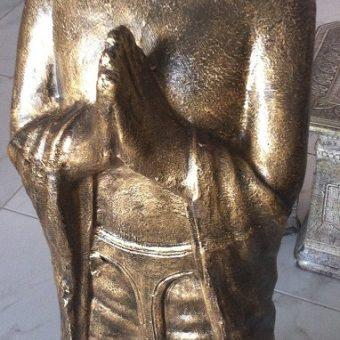 άγαλμα το οποίο απεικονίζει τον Βούδα όρθιο