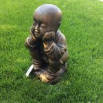 άγαλμα το οποίο απεικονίζει έναν μοναχό σαολίν να αναπολεί