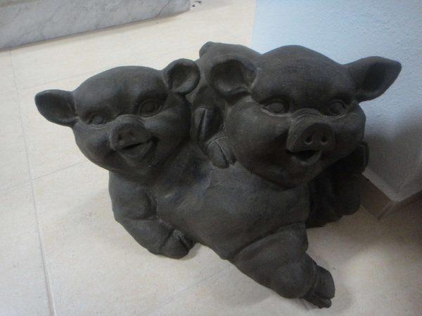 πέτρινο άγαλμα που απεικονίζει δύο γουρούνια