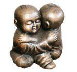 άγαλμα το οποίο απεικονίζει δύο μωρά σαολίν