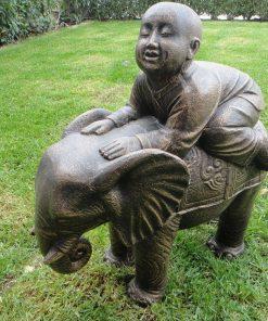 άγαλμα το οποίο απεικονίζει έναν σαολίν πάνω σε ελέφαντα