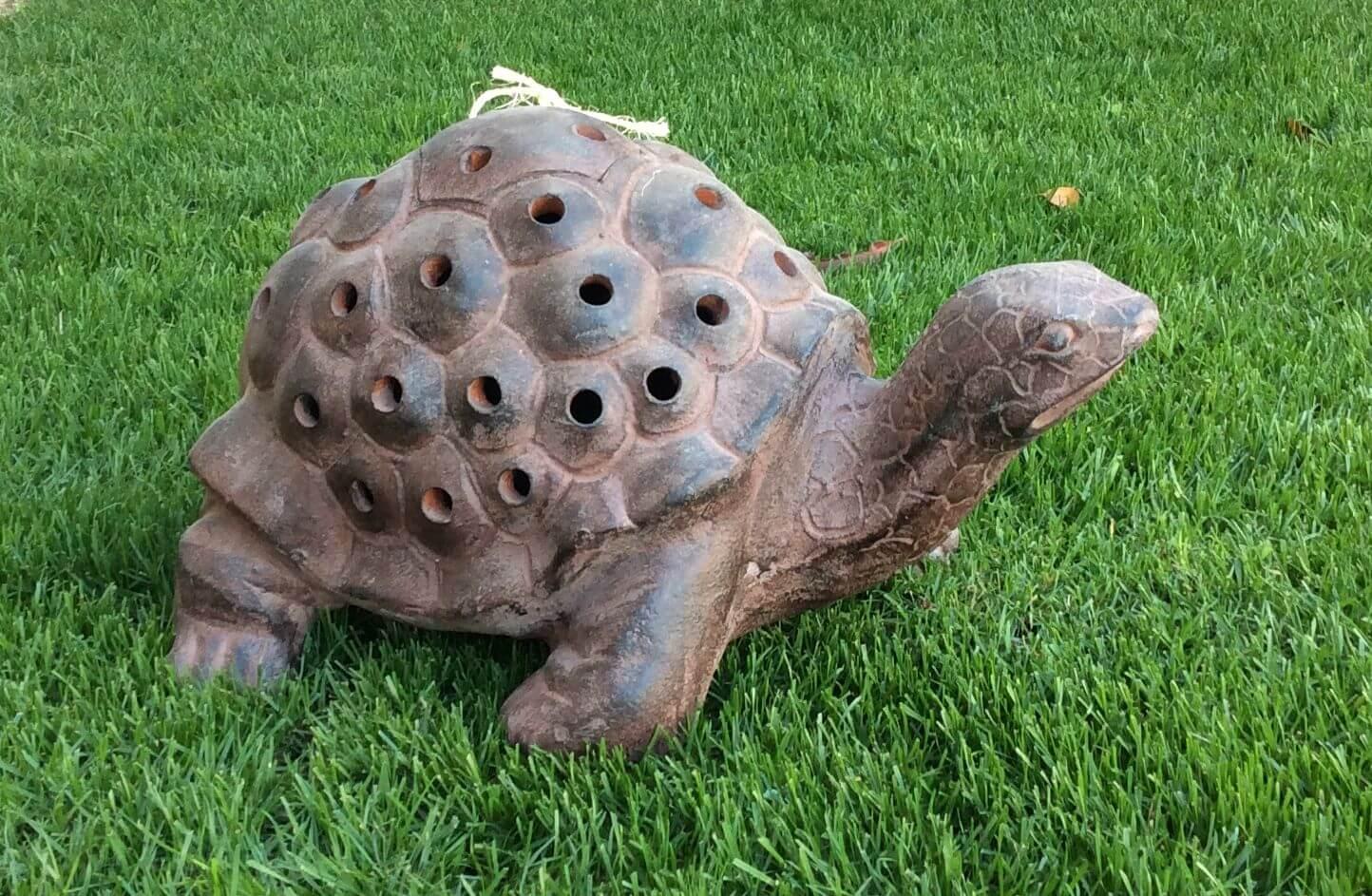 άγαλμα χελώνα με τρύπες