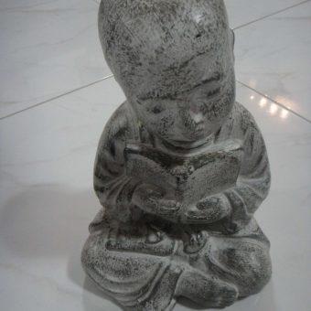 άγαλμα με ένα μοναχό σαολίν να διαβάζει ένα βιβλίο