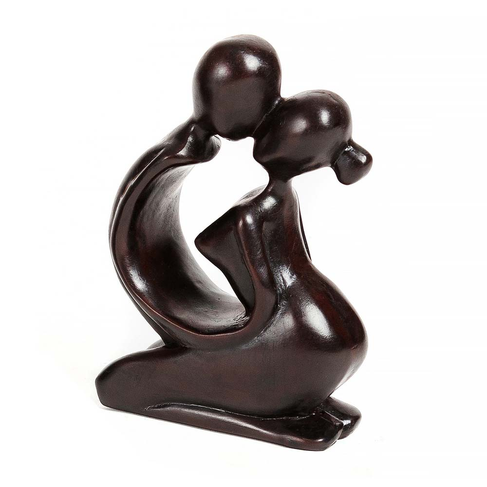άγαλμα που αναπαριστά ένα ζευγάρι που αγκαλιάζεται