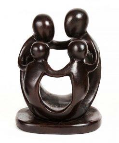 άγαλμα που αναπαριστά μια οικογένεια με δύο παιδιά