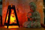 παραδοσιακό φωτιστικό Ασίας με σχήμα πυραμίδας